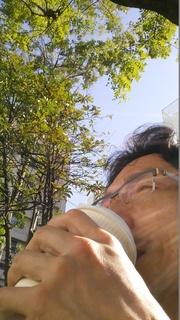21 コーヒーすする.jpg