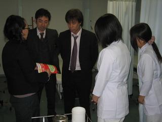 7 H20パンフ撮影谷先生とF.JPG